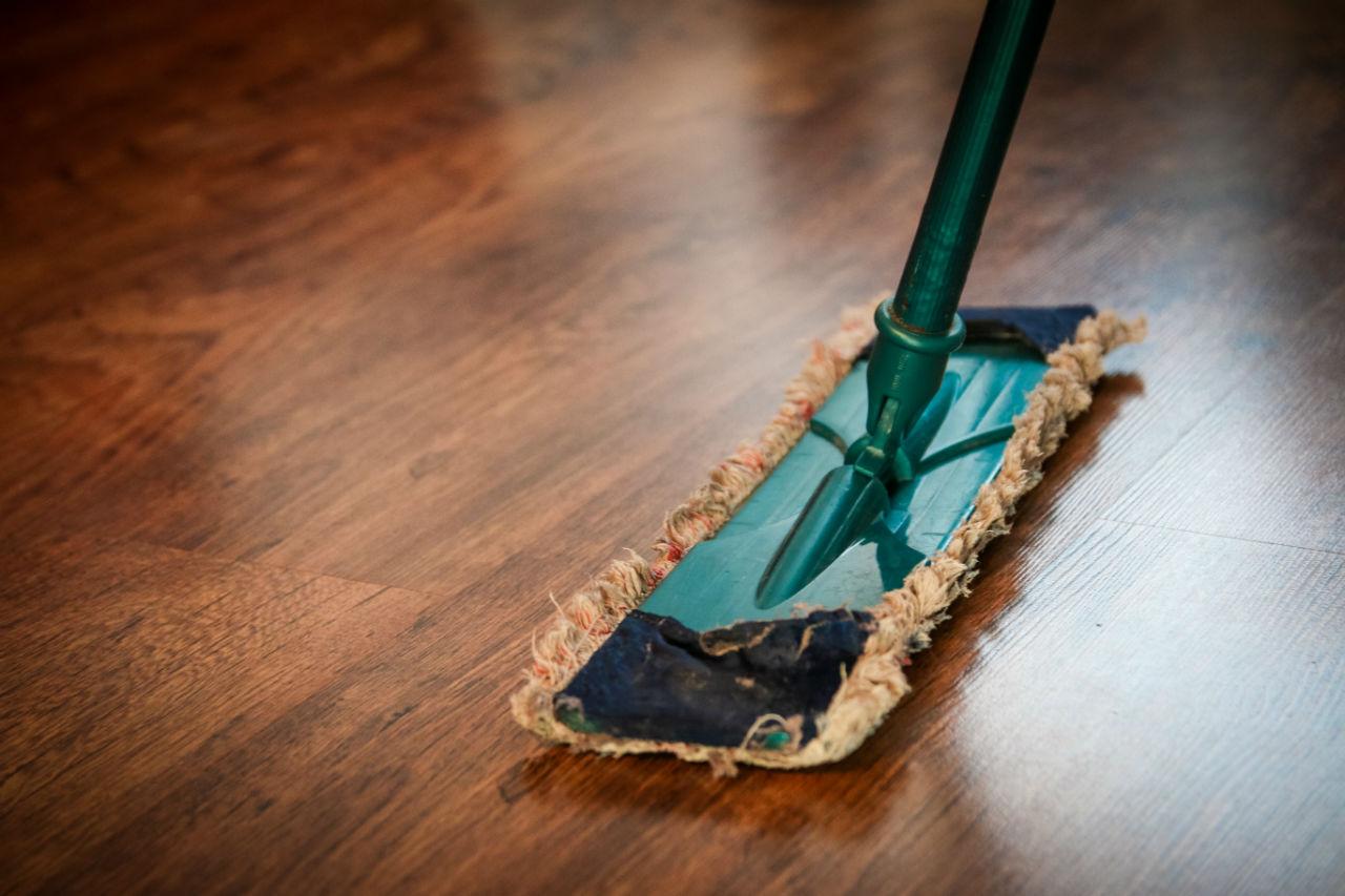 Nettoyer un sol dur avec une monobrosse